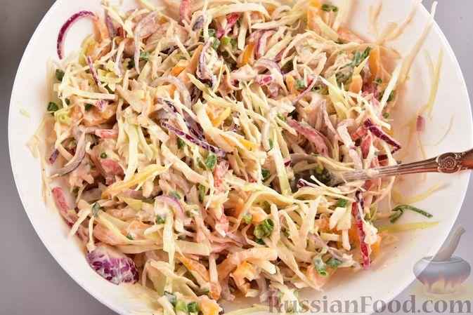 Фото приготовления рецепта: Салат с курицей, болгарским перцем, капустой и сметанно-горчичной заправкой - шаг №11