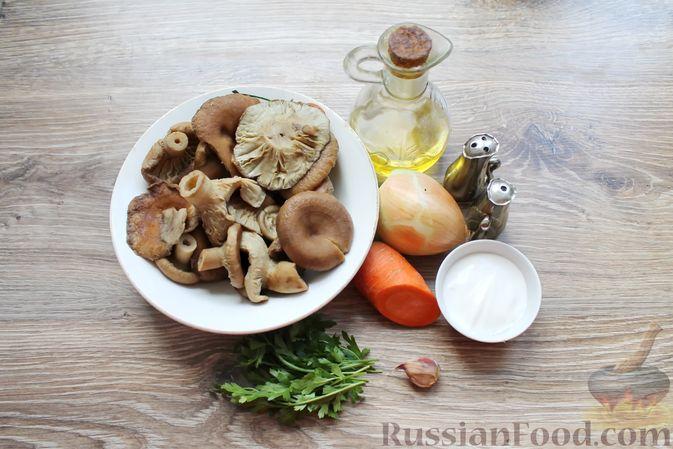 Фото приготовления рецепта: Жареные волнушки в сметане - шаг №4