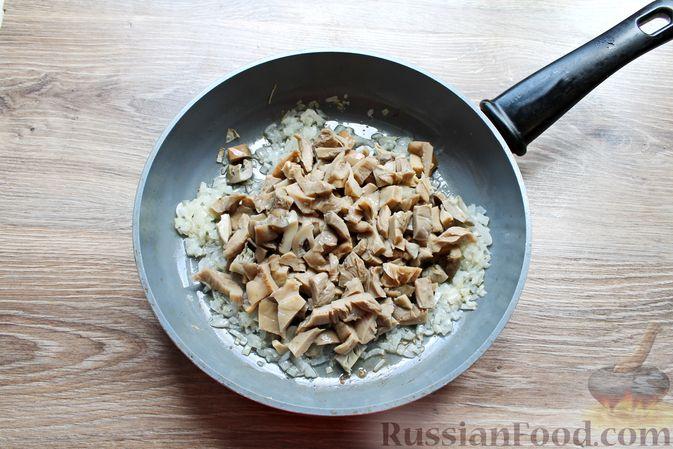 Фото приготовления рецепта: Жареные волнушки в сметане - шаг №6