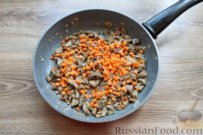 Фото приготовления рецепта: Жареные волнушки в сметане - шаг №7