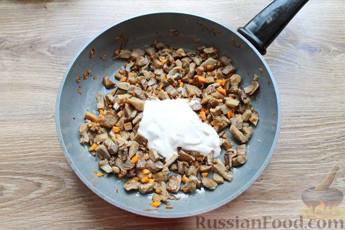 Фото приготовления рецепта: Жареные волнушки в сметане - шаг №8