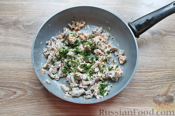 Фото приготовления рецепта: Жареные волнушки в сметане - шаг №9