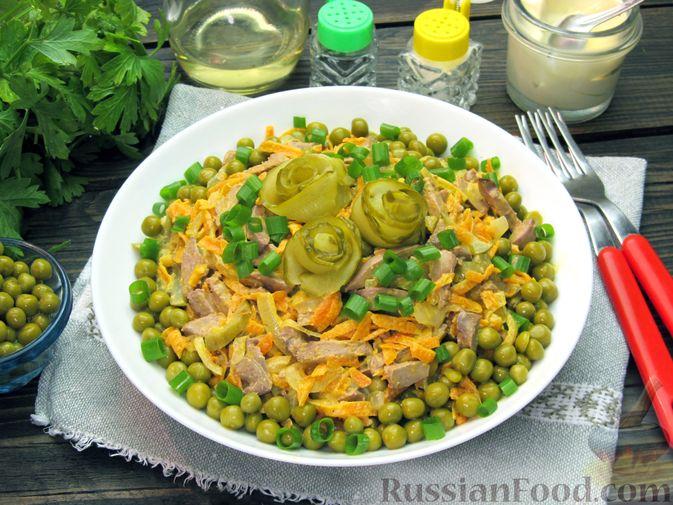 """Фото к рецепту: Салат """"Обжорка"""" с куриной печенью и консервированным горошком"""