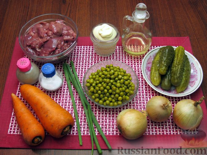 """Фото приготовления рецепта: Салат """"Обжорка"""" с куриной печенью и консервированным горошком - шаг №1"""