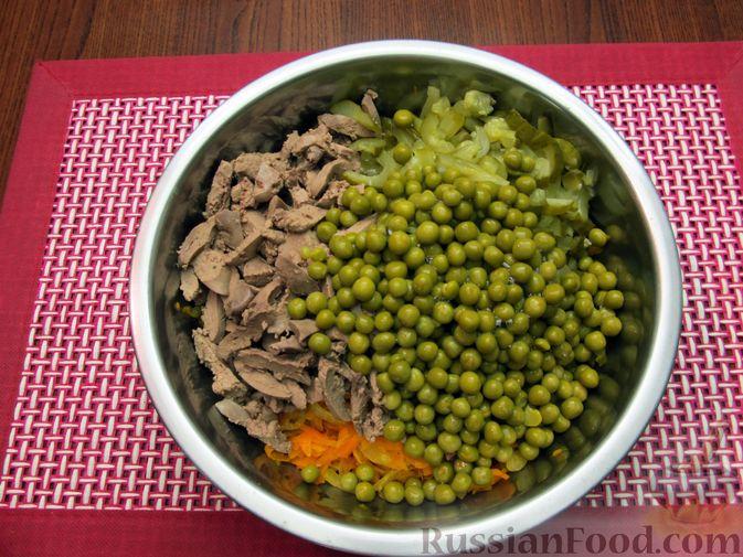 """Фото приготовления рецепта: Салат """"Обжорка"""" с куриной печенью и консервированным горошком - шаг №9"""