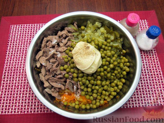 """Фото приготовления рецепта: Салат """"Обжорка"""" с куриной печенью и консервированным горошком - шаг №10"""