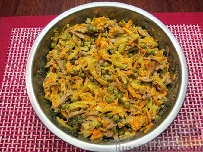 """Фото приготовления рецепта: Салат """"Обжорка"""" с куриной печенью и консервированным горошком - шаг №11"""