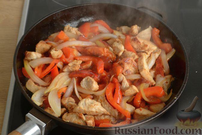 Фото приготовления рецепта: Жареная индейка с болгарским перцем - шаг №8