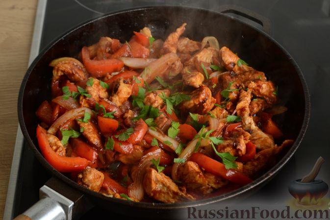 Фото приготовления рецепта: Жареная индейка с болгарским перцем - шаг №9