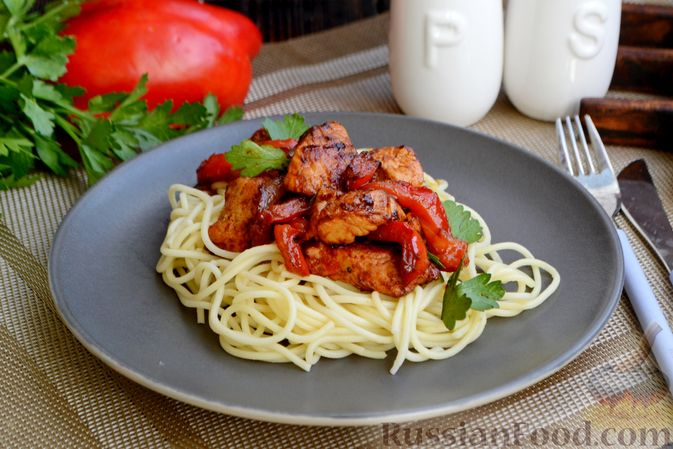 Фото приготовления рецепта: Жареная индейка с болгарским перцем - шаг №12