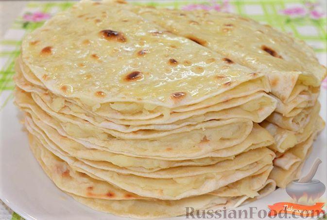 Фото приготовления рецепта: Омлет с помидорами, луком и маслинами - шаг №5
