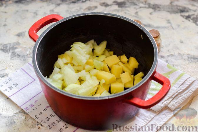 Фото приготовления рецепта: Борщ с цветной капустой и тушенкой - шаг №4