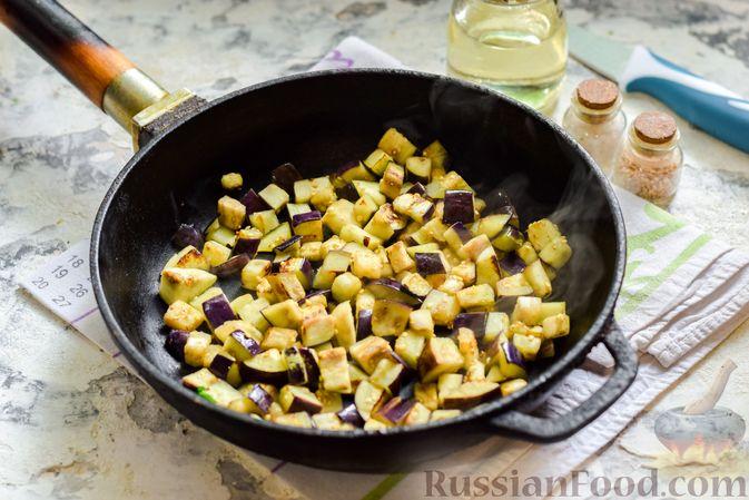 Фото приготовления рецепта: Баклажаны с тушёнкой и помидорами - шаг №4