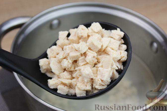 Фото приготовления рецепта: Куриный суп с помидорами и яйцами - шаг №5