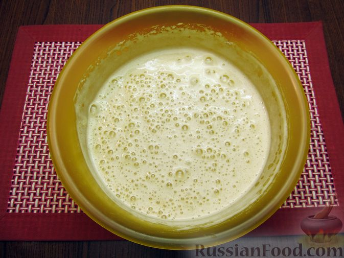 Фото приготовления рецепта: Творожный пирог с яблоками и корицей - шаг №7