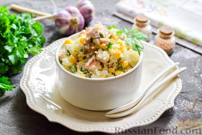 Фото к рецепту: Салат с цветной капустой, копченой курицей, кукурузой и сыром