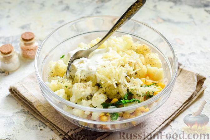 Фото приготовления рецепта: Салат с цветной капустой, копченой курицей, кукурузой и сыром - шаг №10