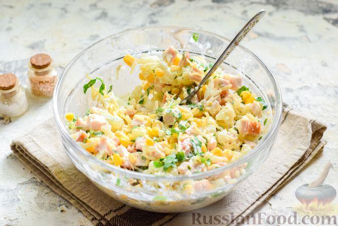 Фото приготовления рецепта: Салат с цветной капустой, копченой курицей, кукурузой и сыром - шаг №11