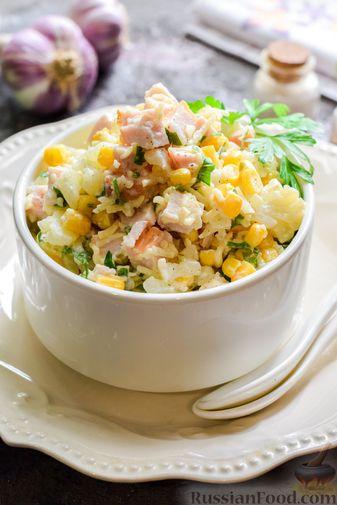 Фото приготовления рецепта: Салат с цветной капустой, копченой курицей, кукурузой и сыром - шаг №13