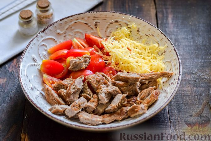 Фото приготовления рецепта: Салат с говядиной, помидорами и сыром - шаг №7
