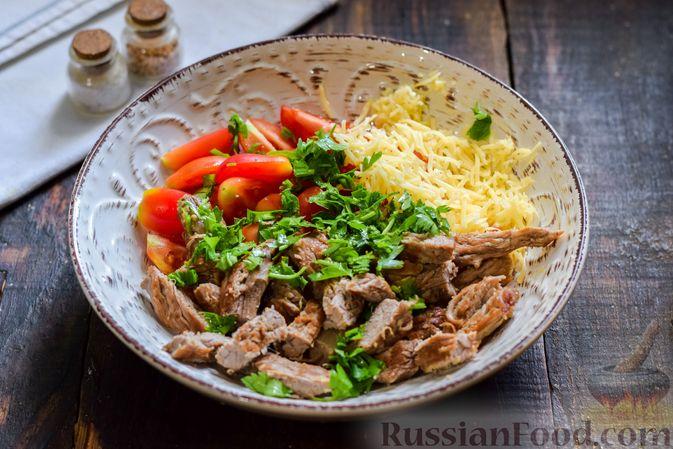Фото приготовления рецепта: Салат с говядиной, помидорами и сыром - шаг №8