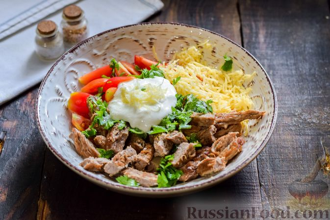 Фото приготовления рецепта: Салат с говядиной, помидорами и сыром - шаг №9