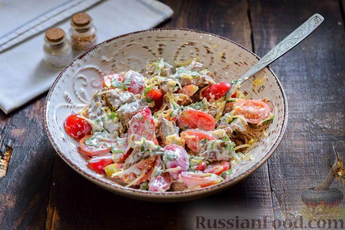 Фото приготовления рецепта: Салат с говядиной, помидорами и сыром - шаг №10