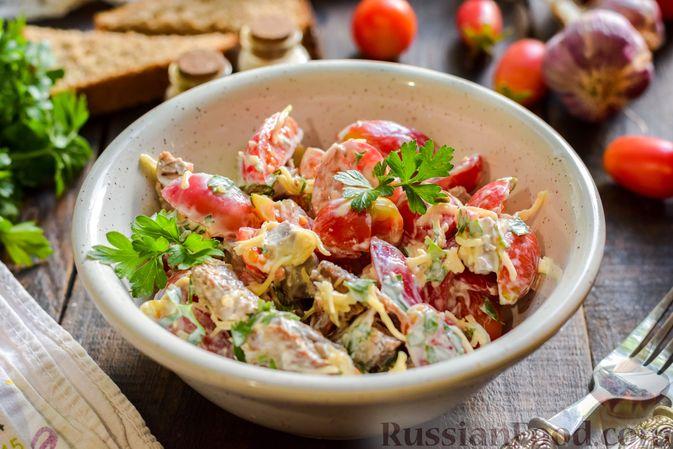 Фото приготовления рецепта: Салат с говядиной, помидорами и сыром - шаг №11