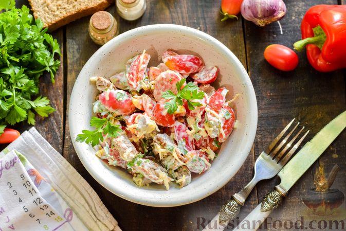 Фото приготовления рецепта: Салат с говядиной, помидорами и сыром - шаг №12