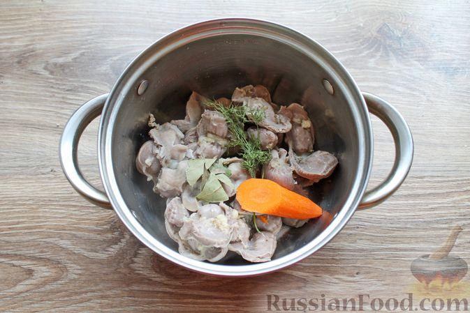 Фото приготовления рецепта: Дрожжевые пирожки с куриными желудочками и кабачками - шаг №3