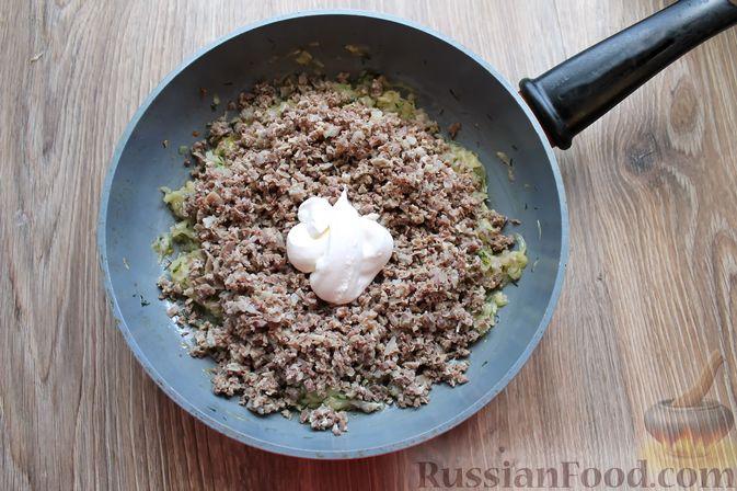 Фото приготовления рецепта: Дрожжевые пирожки с куриными желудочками и кабачками - шаг №18