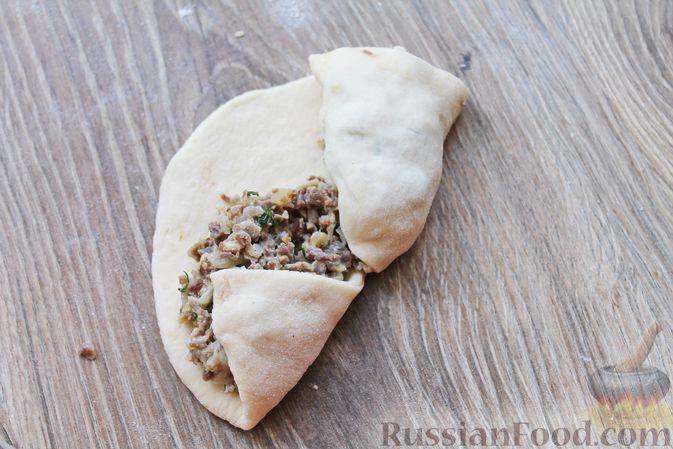 Фото приготовления рецепта: Дрожжевые пирожки с куриными желудочками и кабачками - шаг №21