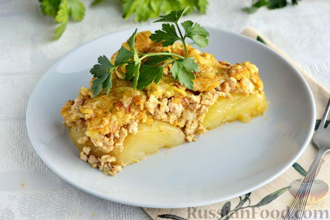 Фото к рецепту: Отварной картофель, запечённый с куриным фаршем, под сливочно-сырным соусом