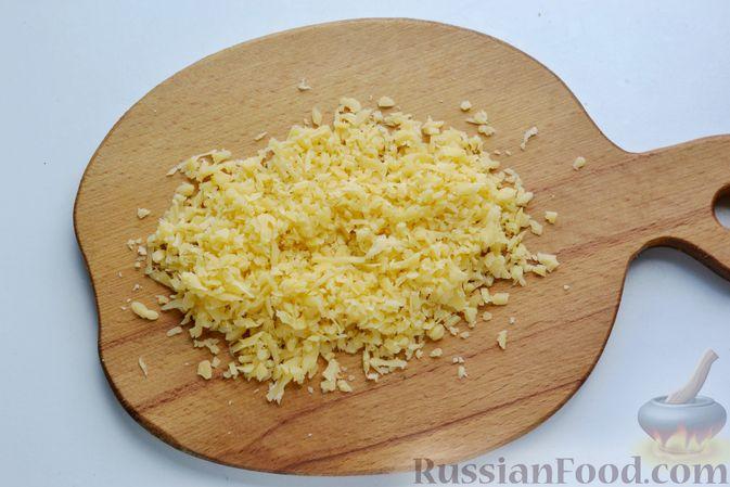 Фото приготовления рецепта: Отварной картофель, запечённый с куриным фаршем, под сливочно-сырным соусом - шаг №4