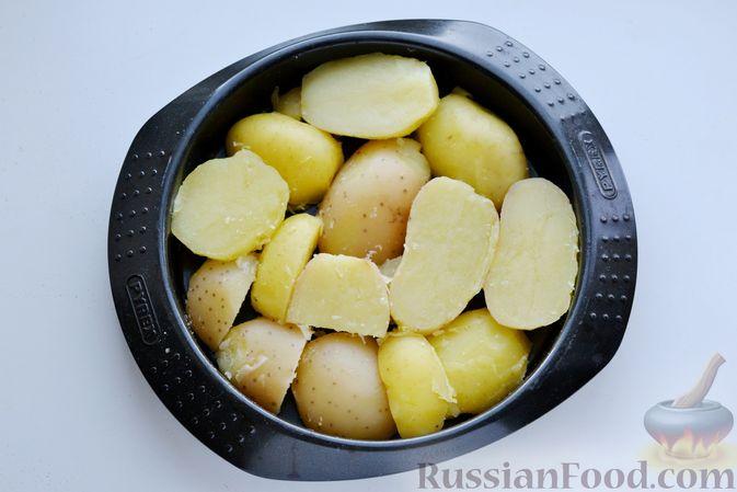 Фото приготовления рецепта: Отварной картофель, запечённый с куриным фаршем, под сливочно-сырным соусом - шаг №18