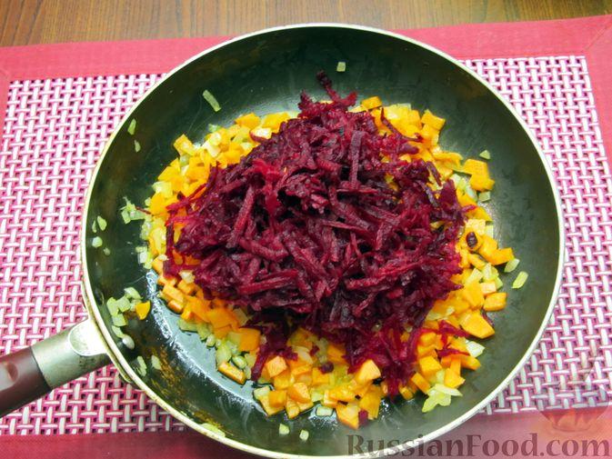Фото приготовления рецепта: Капуста, тушенная с морковью и свёклой - шаг №5