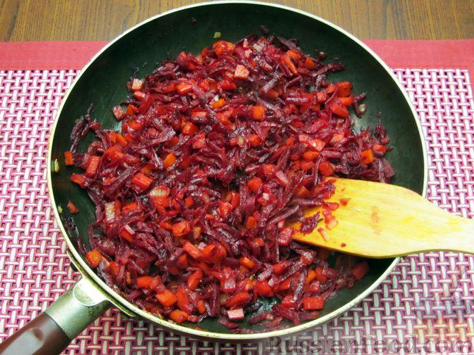 Фото приготовления рецепта: Капуста, тушенная с морковью и свёклой - шаг №6