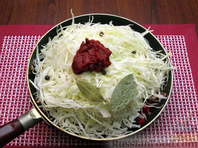 Фото приготовления рецепта: Капуста, тушенная с морковью и свёклой - шаг №8