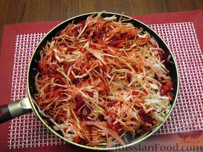 Фото приготовления рецепта: Капуста, тушенная с морковью и свёклой - шаг №9