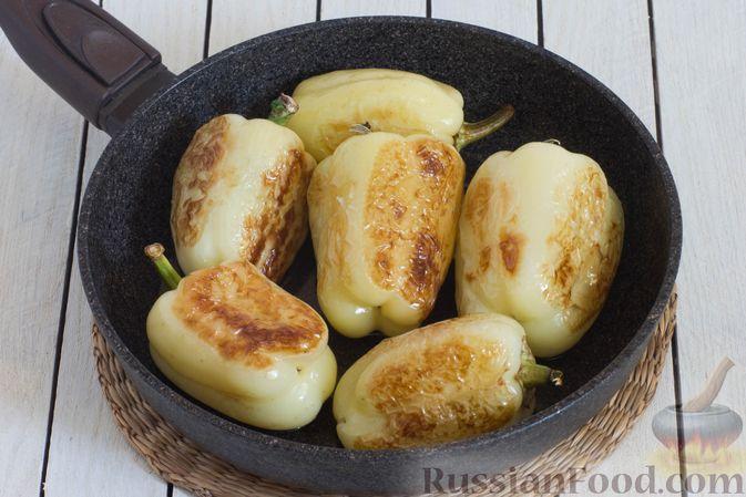 Фото приготовления рецепта: Баклажаны с помидорами, перцем и луком - шаг №5