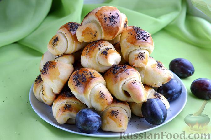 Фото к рецепту: Дрожжевые булочки на кефире, со сливами