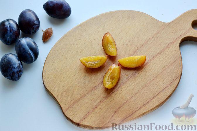 Фото приготовления рецепта: Дрожжевые булочки на кефире, со сливами - шаг №9