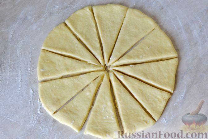 Фото приготовления рецепта: Дрожжевые булочки на кефире, со сливами - шаг №12