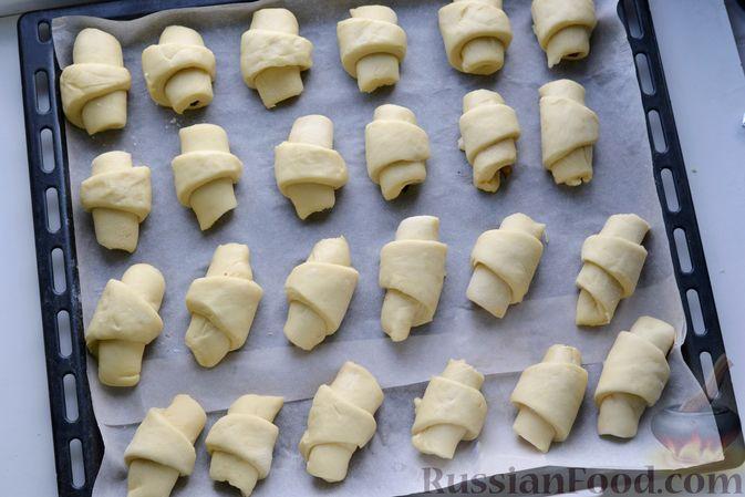 Фото приготовления рецепта: Дрожжевые булочки на кефире, со сливами - шаг №15
