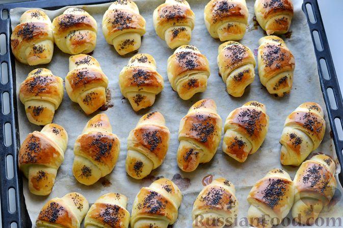 Фото приготовления рецепта: Дрожжевые булочки на кефире, со сливами - шаг №18