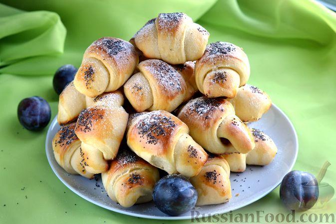 Фото приготовления рецепта: Дрожжевые булочки на кефире, со сливами - шаг №21