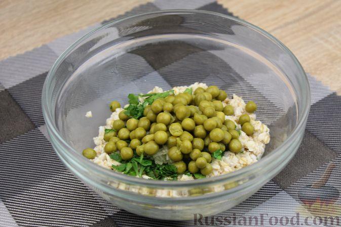 Фото приготовления рецепта: Овсянка с консервированным горошком, чесноком и зеленью - шаг №8