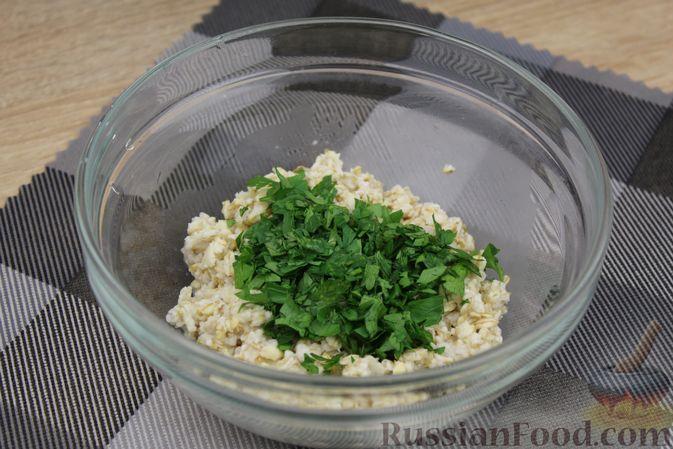 Фото приготовления рецепта: Овсянка с консервированным горошком, чесноком и зеленью - шаг №6