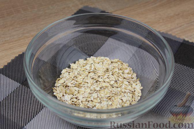 Фото приготовления рецепта: Овсянка с консервированным горошком, чесноком и зеленью - шаг №2