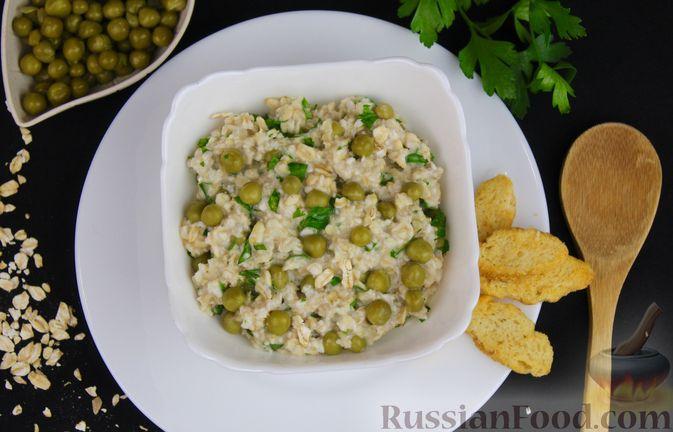 Фото приготовления рецепта: Овсянка с консервированным горошком, чесноком и зеленью - шаг №11